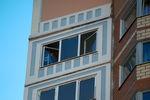 Окна жилого дома, где нашли тела женщины и двух маленьких детей