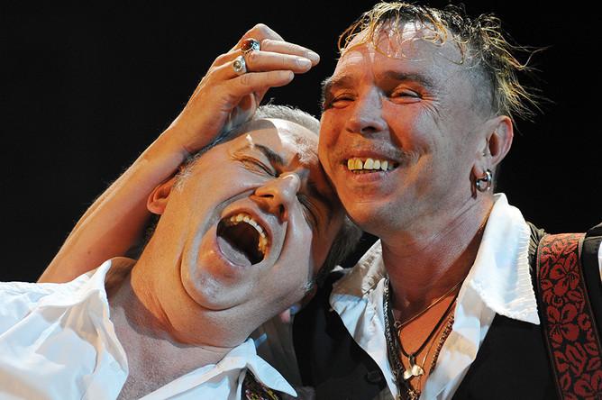 Солист группы «Чайф» Владимир Шахрин и музыкант Гарик Сукачев (слева направо) во время выступления на концерте, посвященном 50-летию Гарика Сукачева, в СК «Олимпийский», 2009 год