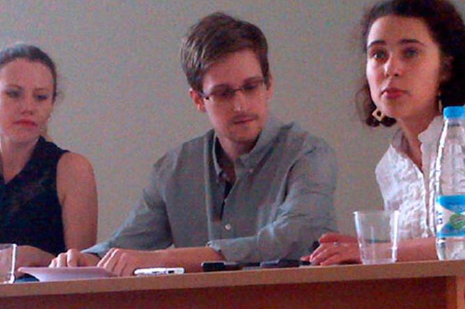 Бывший сотрудник ЦРУ Эдвард Сноуден во время встречи с представителями правозащитных организаций в аэропорту Шереметьево, 2013 год