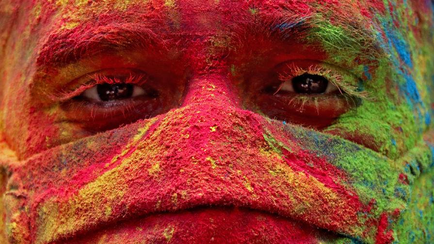 Участник фестиваля Холи в Мумбаи, Индия, 29 марта 2021 года