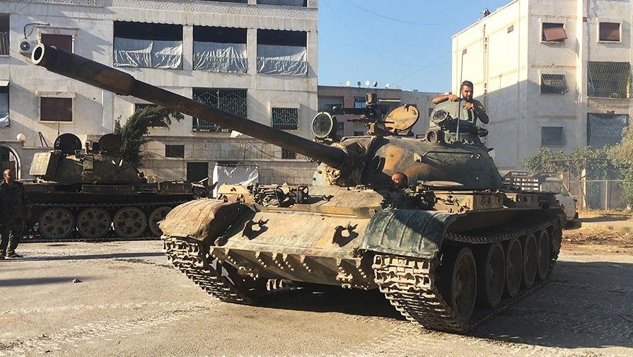 Танк сирийской армии во время наступления в районе училища тыла на юго-западе Алеппо в Сирии