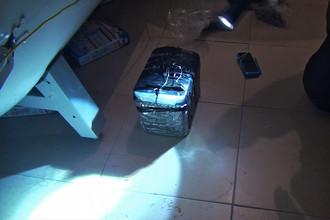 Предполагаемое самодельное взрывное устройство, изъятое у задержанных участников террористической группы, готовившей серию терактов с использованием автоматов и взрывчатки в местах массового скопления людей, в Москве