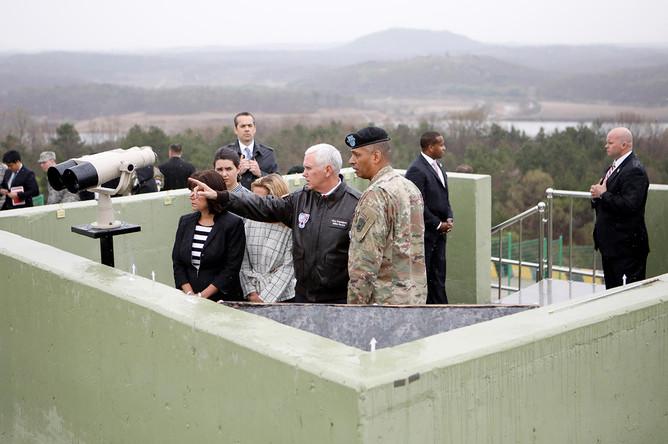Вице-президент США Майк Пенс на наблюдательном пункте в демилитаризованной зоне, которая разделяет Южную Корею и КНДР, 17 апреля 2017 года