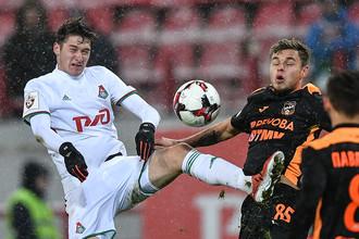 Алексей Миранчук (слева) против Сергея Серченкова в ноябрьском матче команд