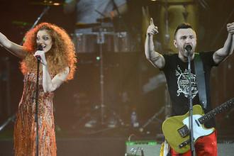Лидер группы «Ленинград» Сергей Шнуров и певица Юлия Коган во время концерта в Москве, 2013 год