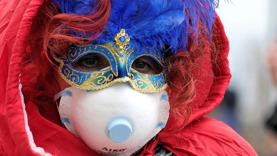 Во время Венецианского карнавала в Италии, 23 февраля 2020 года
