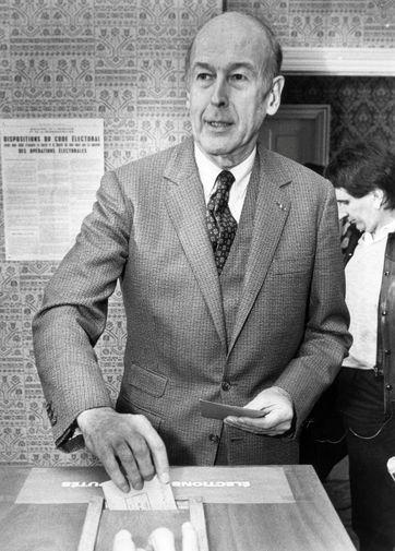 Бывший президент Франции Жискар д'Эстен на избирательном участке, 1986 год