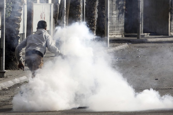 А тем временем на Тахрир манифестанты бросали дымовые шашки
