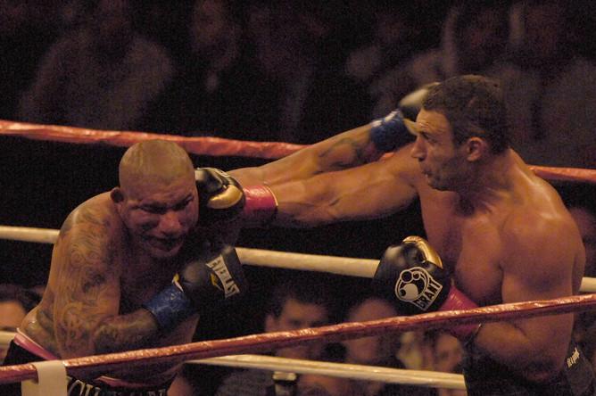 Экс-чемпион мира в тяжелом весе по версии WBC Виталий Кличко (справа) и претендент на вакантный титул Крис Арреола
