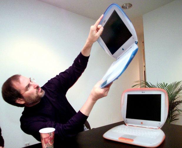 <b>iBook (1999)</b><br><br> Это первый ноутбук Apple, ориентированный на массового потребителя. Позиционировался как устройство для учебы. Первый вариант «айбука» напоминал раковину моллюска, из-за чего получил название Clamshell. Впоследствии был вытеснен с рынка более современным MacBook. На фото Стив Джобс с iBook в руках в 1999 году