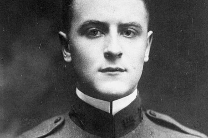 В 1917 году, незадолго до выпускных экзаменов, Фицджеральд ушел добровольцем в армию, где дослужился до адъютанта командира 17-й пехотной бригады генерала Дж. А. Райана