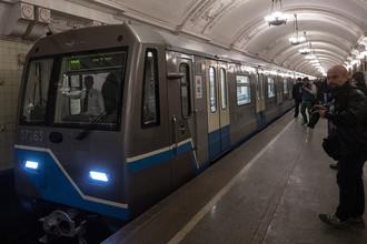 Состав с вагонами 81-760/761 «Ока» во время парада поездов на Кольцевой линии московского метро, 13 мая 2017 года