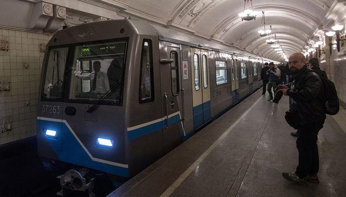 Состав с вагонами 81-760/761 «Ока» во время парада поездов на Кольцевой линии...