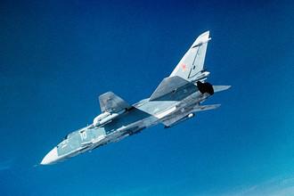 Фронтовой бомбардировщик Су-24 во время полета