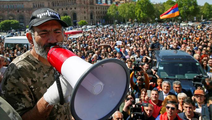 Лидер оппозиции Никола Пашинян на митинге, 25 апреля 2018 года