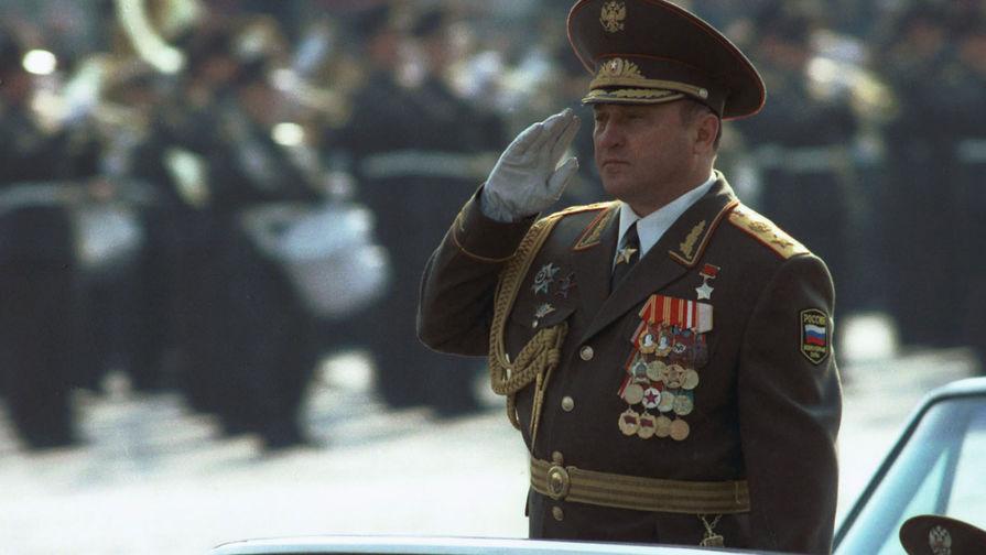 1996 год. Министр обороны Российской Федерации генерал армии Павел Грачев принимает военный парад