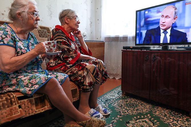 Жительницы села Елнать Ивановской области во время «прямой линии» с президентом России Владимиром Путиным в Москве, 7 июня 2018 года