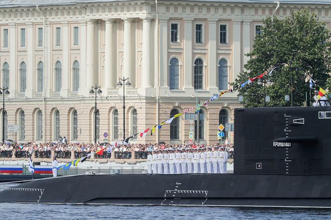 Моряки на борту дизель-электрической подводной лодки «Кронштадт» во время главного военно-морского парада в честь Дня Военно-Морского Флота России в акватории реки Невы, 28 июля 2019 года