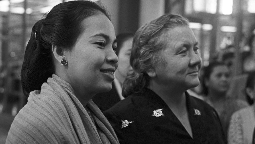 Госпожа Хартини Сукарно и Нина Хрущева в Большом Кремлевском дворце во время визита президента Индонезии Ахмеда Сукарно в СССР, 1961 год