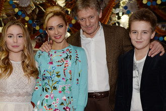 Пресс-секретарь президента России Дмитрий Песков с сыном Миком, супругой Татьяной Навкой и ее дочерью Александрой Жулиной на новогодней вечеринке в Останкино, 2015 год