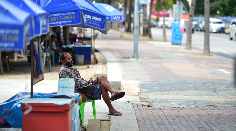 Продавец ждет туристов на пляже Паттайи, сентябрь 2020 года