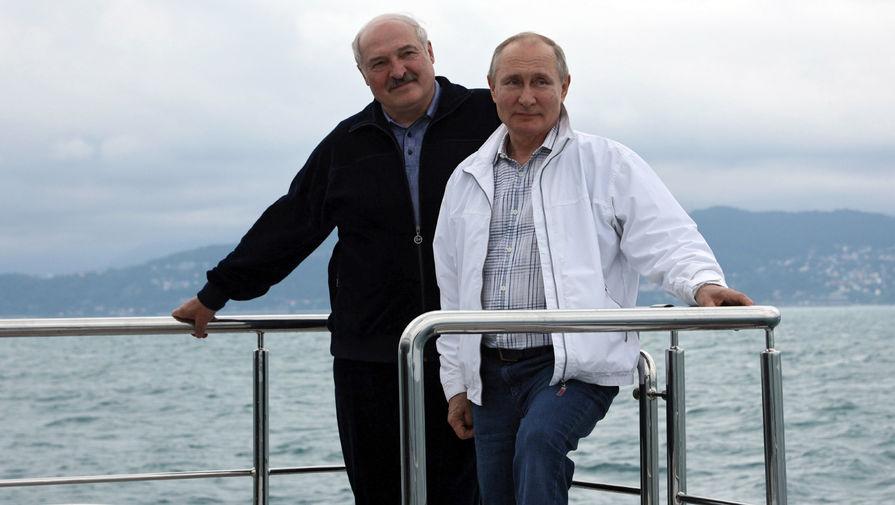 Президент России Владимир Путин и президент Белоруссии Александр Лукашенко во время морской прогулки в Сочи, 29 мая 2021 года