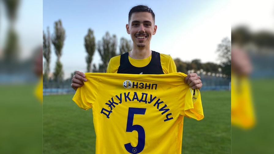 Ростов после оговорки Семина вручил игроку клуба футболку с новой фамилией