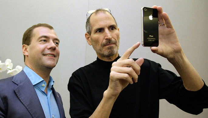 Дмитрий Медведев получил в подарок от Стива Джобса iPhone 4 (июнь 2010 года)