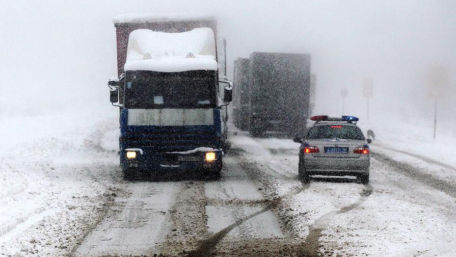 На 30-м километре МКАД перекрыто движение из-за застрявших грузовиков