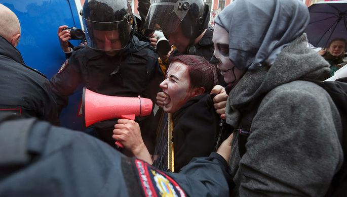 Задержание участницы «Монстрации» во время акции в Санкт-Петербурге, 1 мая 2018 года