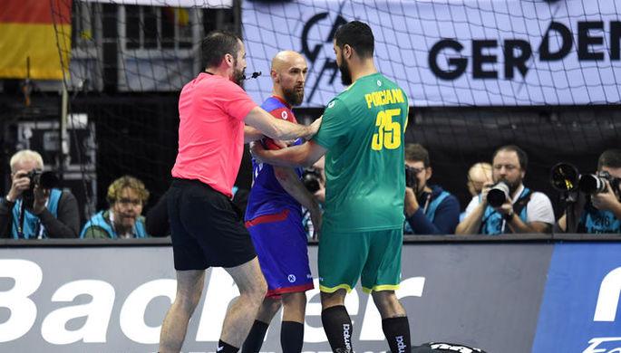 Тимур Дибиров (в центре) за секунды до определившего ход событий удаления