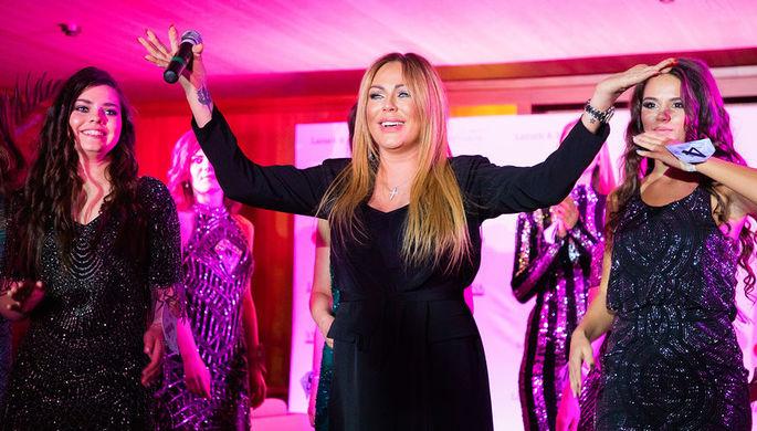 Певица Юлия Началова во время выступления на финале конкурса красоты в ресторане «Чайка», 2018 год