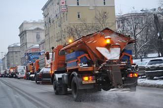 Распыление реагентов во время уборки снега со столичных дорог