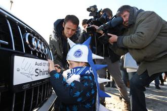 Капитан «Зенита» расписался на борту своего автомобиля и в блокнотах юных болельщиков