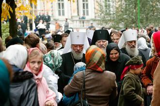 Митрополит Киевский и всея Украины Владимир (крайний слева) во время закрытия Архиерейского собора Русской православной церкви в Троице-Сергиевой лавре, 2004 год