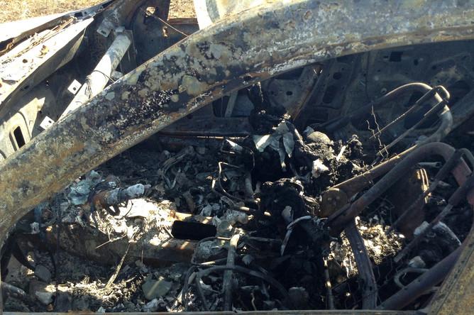 Сгоревший автомобиль на месте гибели фотокорреспондента Андрея Стенина