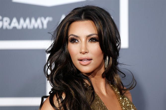 Ким Кардашьян: «Какого цвета это платье? Я вижу, что оно бело-золотое».