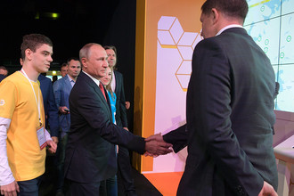 Президент РФ Владимир Путин во время посещения Всероссийского форума профессиональной навигации «ПроеКТОриЯ» в культурно-спортивном комплексе «Арена 2000» в Ярославле