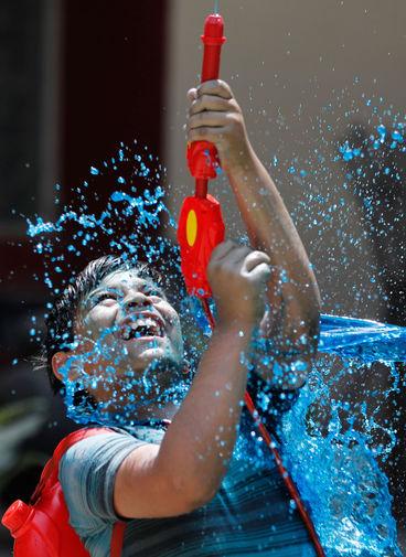 Участник фестиваля Холи в Праяградже, Индия, 29 марта 2021 года