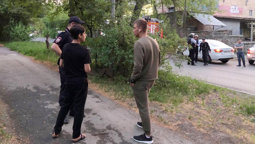 Ситуация у жилого дома в микрорайоне Химмаш в Екатеринбурге, где бывший полицейский открыл стрельбу из окна, 30 мая 2021 года