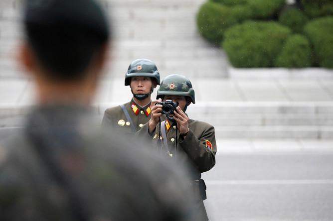 Северокорейские солдаты во время посещения деревни Пханмунджом на границе КНДР и Южной Кореи вице-президентом США Майком Пенсом, 17 апреля 2017 года