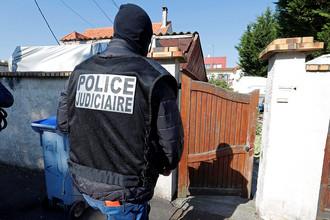 Сотрудники правоохранительных органов Франции около дома убитого в перестрелке с полицией вооруженного мужчины. Город Шель в пригороде Парижа, 21 апреля 2017 года