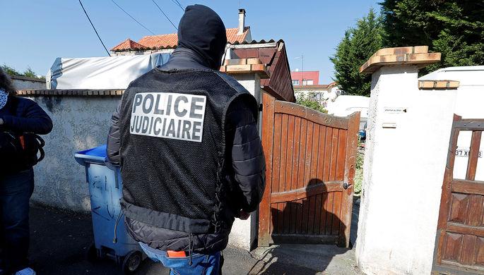 Сотрудники правоохранительных органов Франции около дома убитого в перестрелке с полицией...