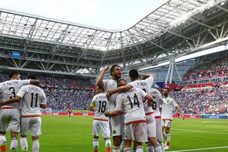 Футболисты сборной Мексики радуются забитому мячу в ворота португальцев на Кубке конфедераций — 2017