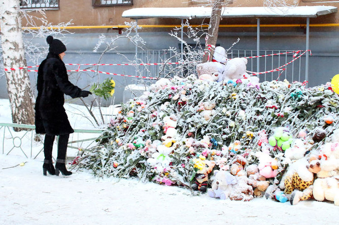 Цветы и игрушки у жилого дома на проспекте Карла Маркса в Магнитогорске, где накануне Нового года произошло обрушение подъезда в результате взрыва, 4 января 2019 года