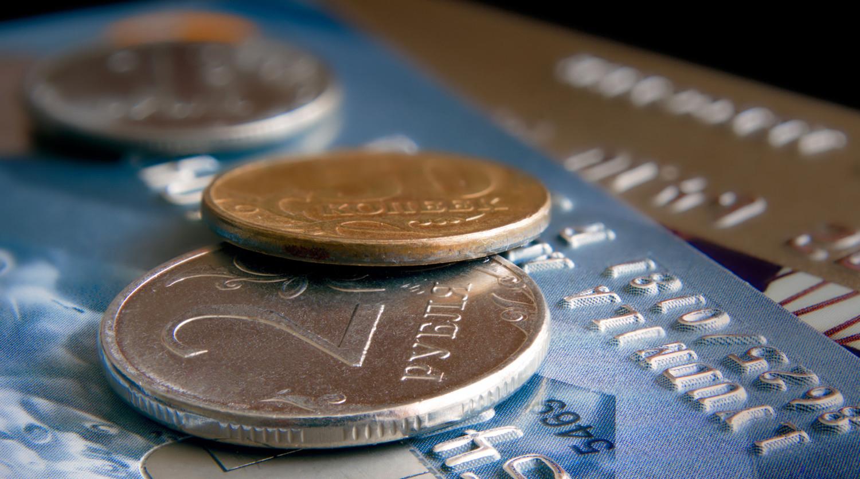 Рубль незначительно вырос по отношению к доллару