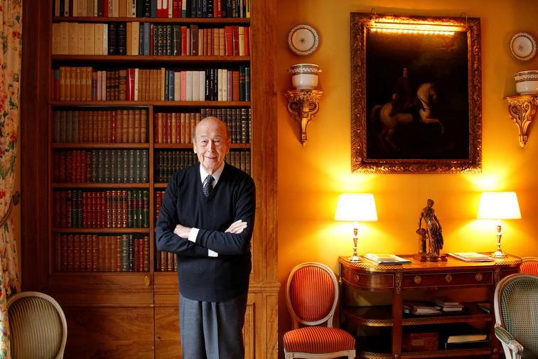 Бывший президент Франции Жискар д'Эстен у себя дома в кабинете, 2011 год