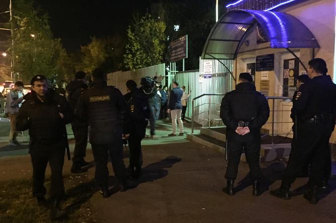 Сотрудники полиции около входа в городскую клиническую больницу №68, 21 сентября 2017 года