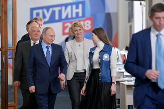 Президент РФ Владимир Путин во время посещения своего предвыборного штаба в Гостином дворе в Москве, 10 января 2018 года