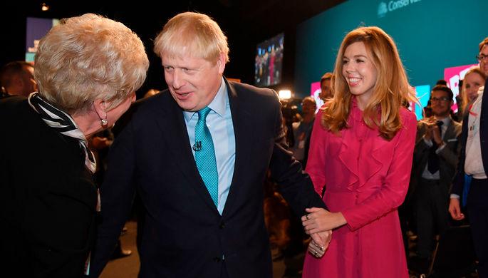 Премьер-министр Великобритании Борис Джонсон со своей девушкой Керри Симондс во время мероприятия Консервативной партии в Манчестере, октябрь 2019 года